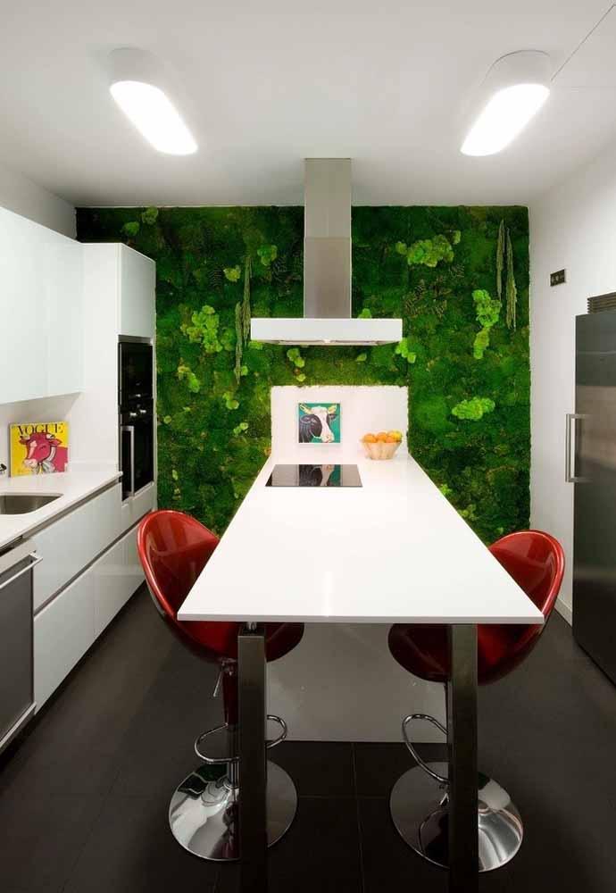 Parede verde ou horta vertical para uma cozinha verde de verdade