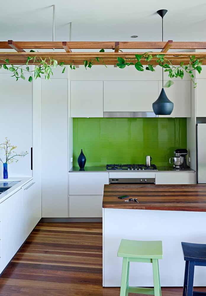 Verde no fundo de móveis brancos e plantinhas suspensas