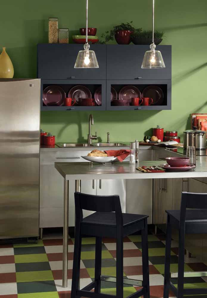 A paleta de cores como sua aliada: verde, cinza, branco e vermelho se combinando nos objetos, móveis e revestimentos