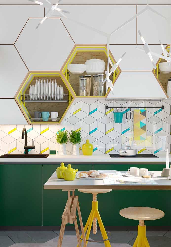 O verde dos armários desconstruído em azul e amarelo deixa o ambiente mais divertido e alegre