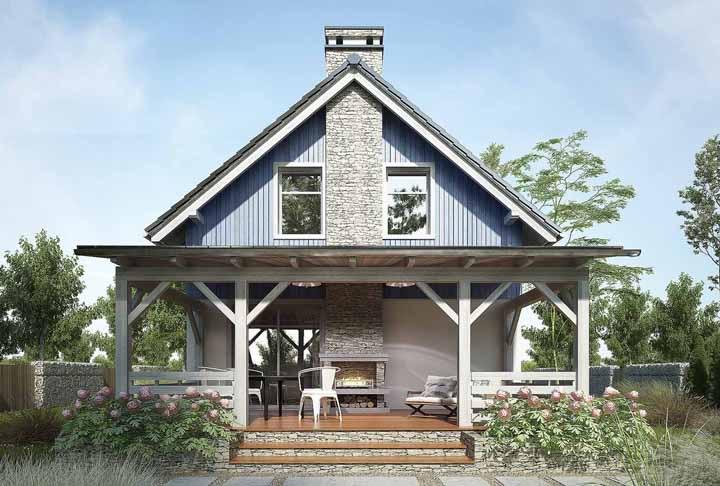 Casa de madeira com varanda; a lareira deixa os momentos ao ar livre ainda mais agradáveis