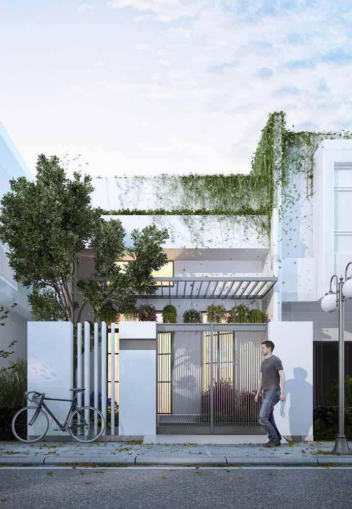 Por que esconder uma casa tão bonita atrás de muros altos? Deixe-a aparecer, assim como essa da imagem