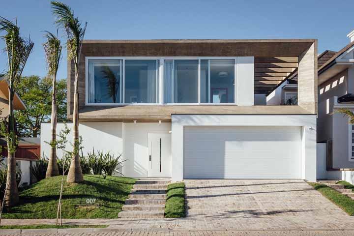 As palmeiras completam a fachada dessa casa com frescor e suavidade