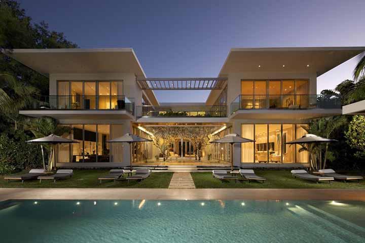 A conexão entre as duas partes dessa casa é feita pela passagem de vidro: impossível não se apaixonar por esse projeto