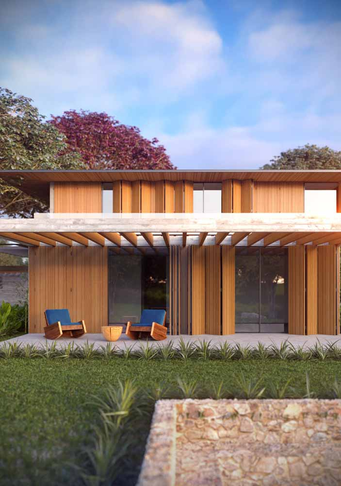Casa com fachada de madeira e pergolado: beleza, conforto e modernidade em um único projeto