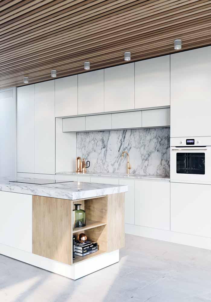 Cozinha branca moderna: Cimento queimado, parede e balcão com mármore para sofisticação.