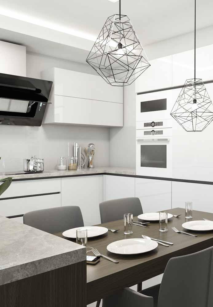 Cozinha branca balcão gourmet cinza, pendentes em formas geométricas dando um toque especial para a cozinha