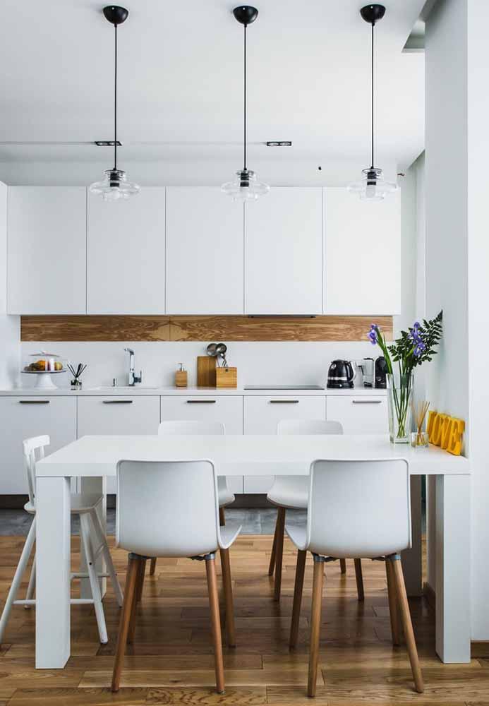 Cozinha branca pequena: Sugestivo para apartamentos ou casa pequena. Cadeira acrílica e pés de madeira combinando com faixa do armário e piso frio com design