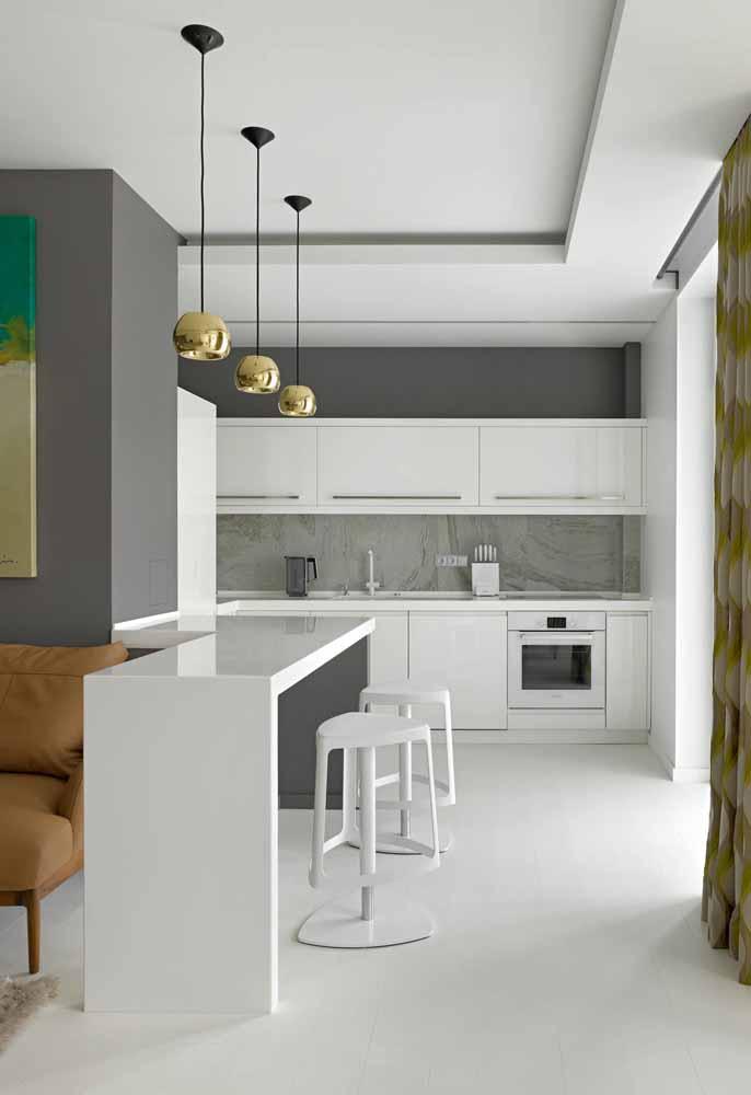 Cozinha branca e cinza: Com pendentes em preto e dourado dando um lindo contraste