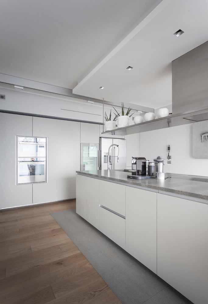 Cozinha branca minimalista: Com teto rebaixado e com luzes