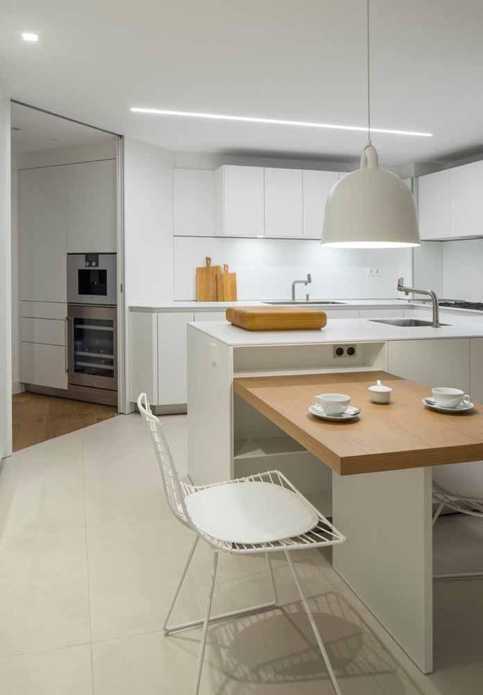 Cozinha branca com detalhes de madeira: O branco traz a amplitude ao ambiente