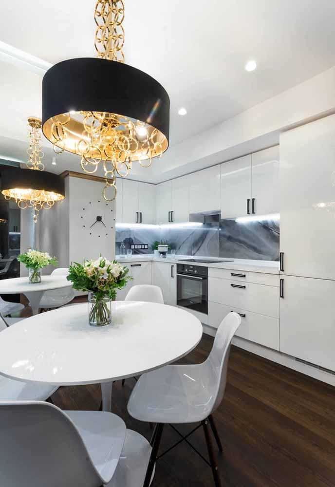 Use luminárias luxuosas para a cozinha branca e para um realce maior