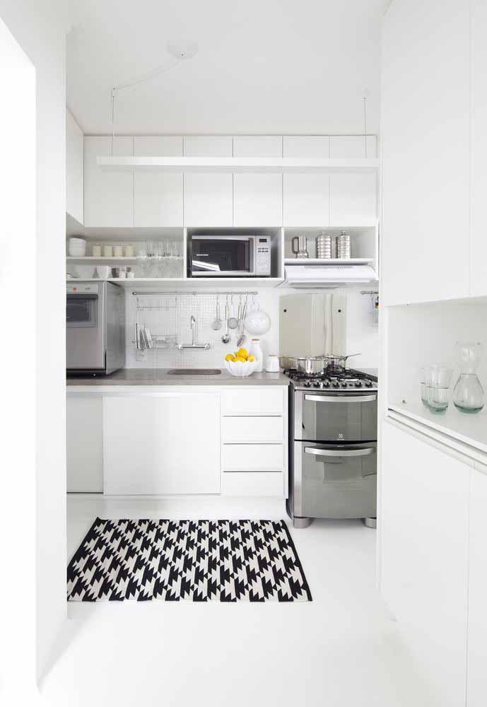 Tapetes são bem vistos para uma cozinha branca: Além de transmitir calor para o chão frio é algo fantástico para a decoração