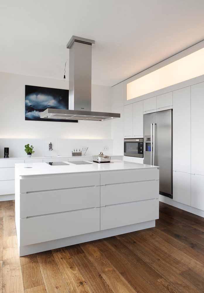 Cozinha branca gourmet: Coifa combinando com geladeira e forno para decoração