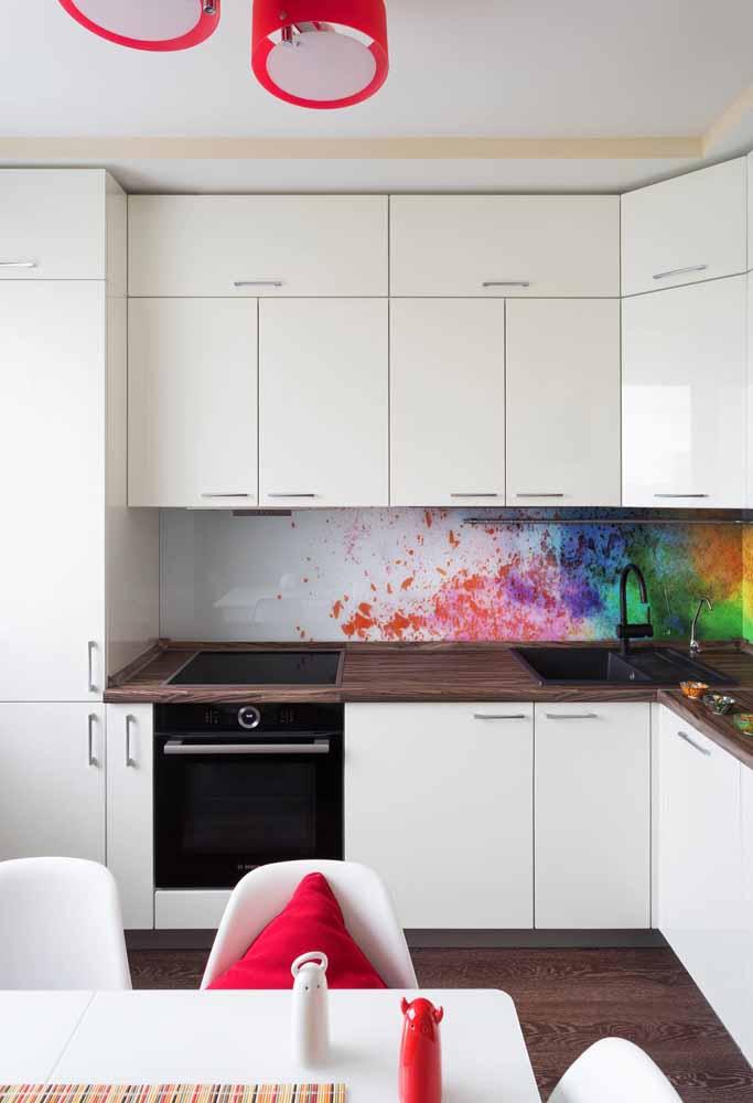 Cozinha branca com referência ao estilo urbano com um pouco de cor sem tomar o espaço do branco