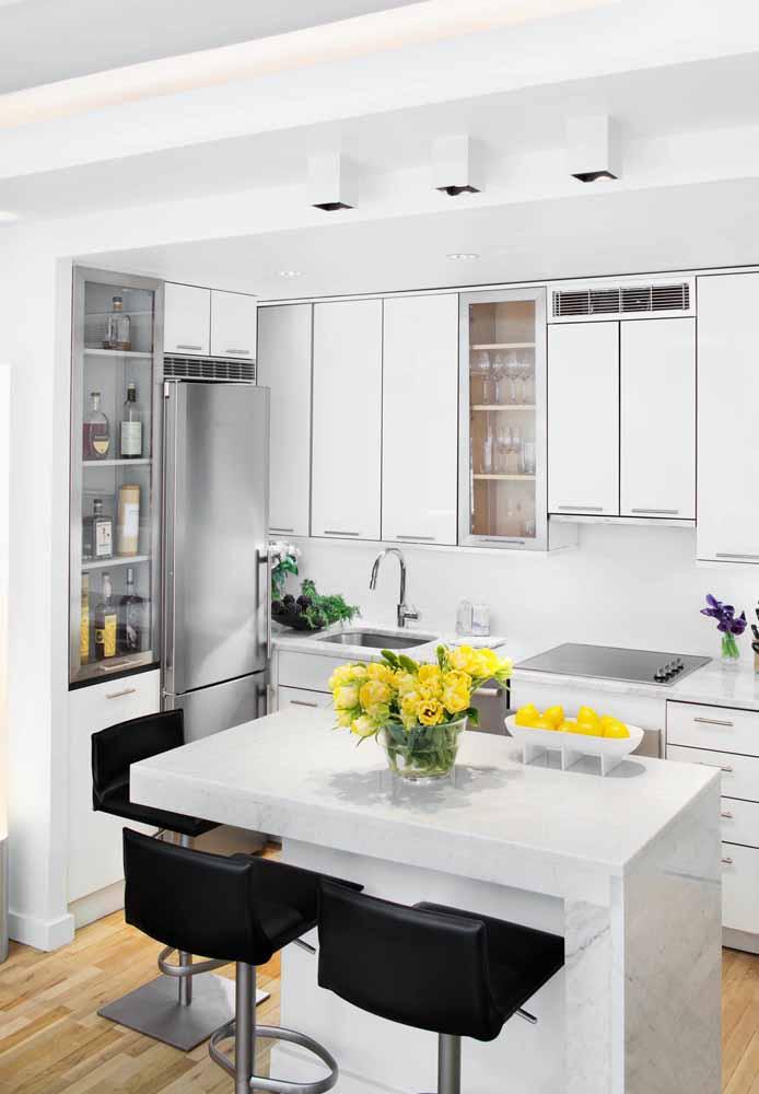 Um pouco de cor natural:Frutas e flores contrastam a cozinha branca