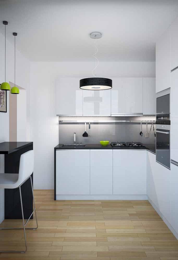 Cozinha branca com pedra preta: Itens que dão um detalhe especial em cores verdes