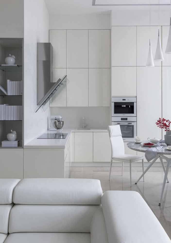 Para cozinhas sem paredes, a coifa serve para não deixar que o cheiro vá para outros cômodos