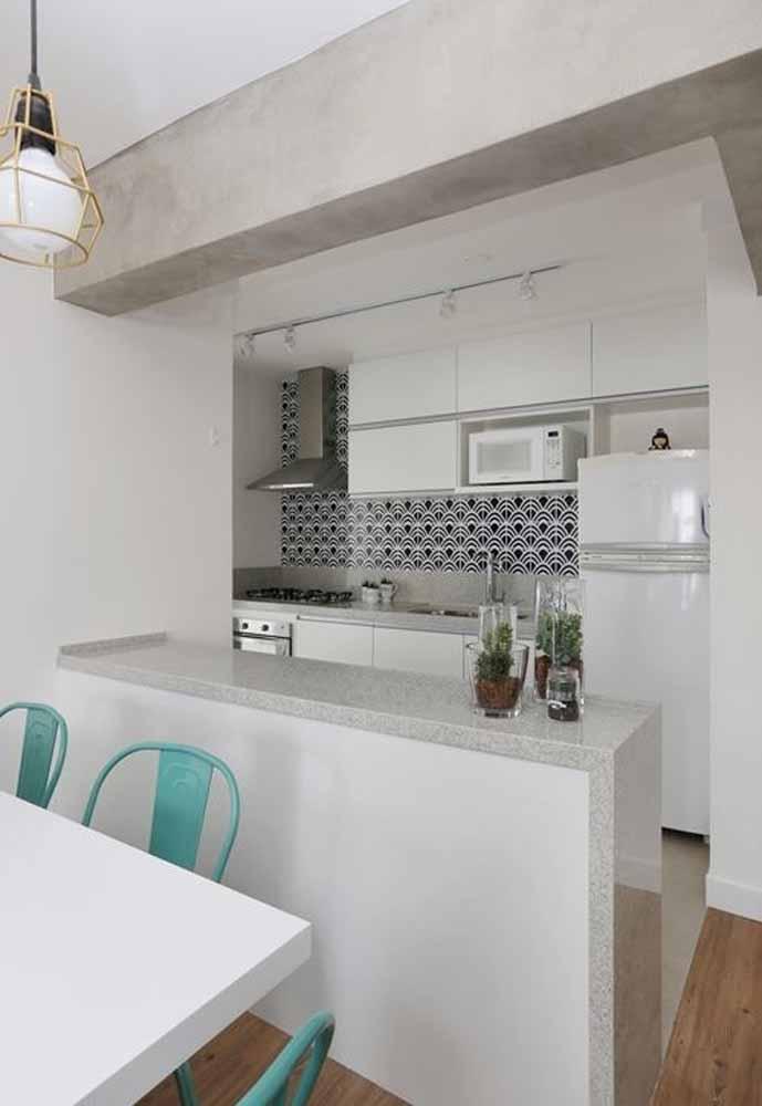 Cozinha americana branca: Detalhe do teto de cimento queimado trazendo um pouco de referência da cozinha industrial.