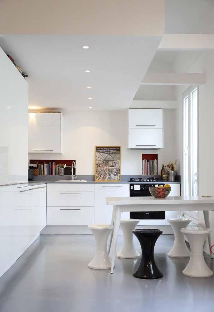 Cozinha branca: Os bancos em cores preto e branco dão um toque de modernidade