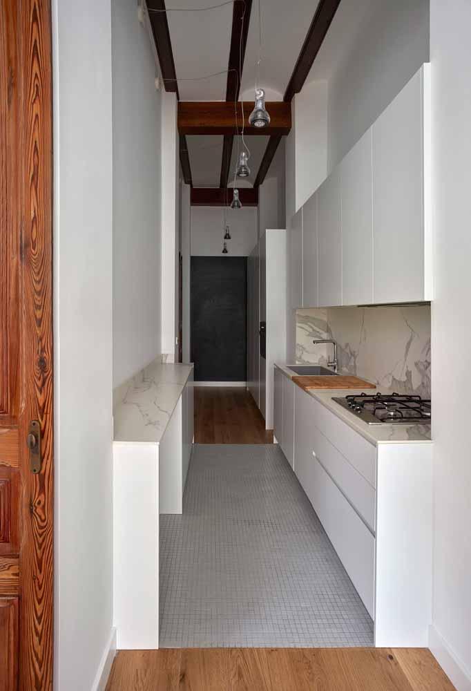 Cozinha branca corredor: Para quem tem pouco espaço na casa e não abre mão de um estilo na cozinha