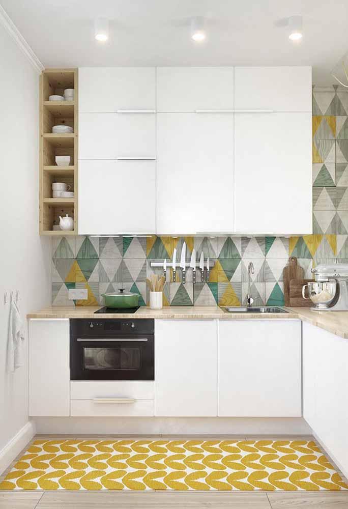Azulejo colorido traz sofisticação para a cozinha branca