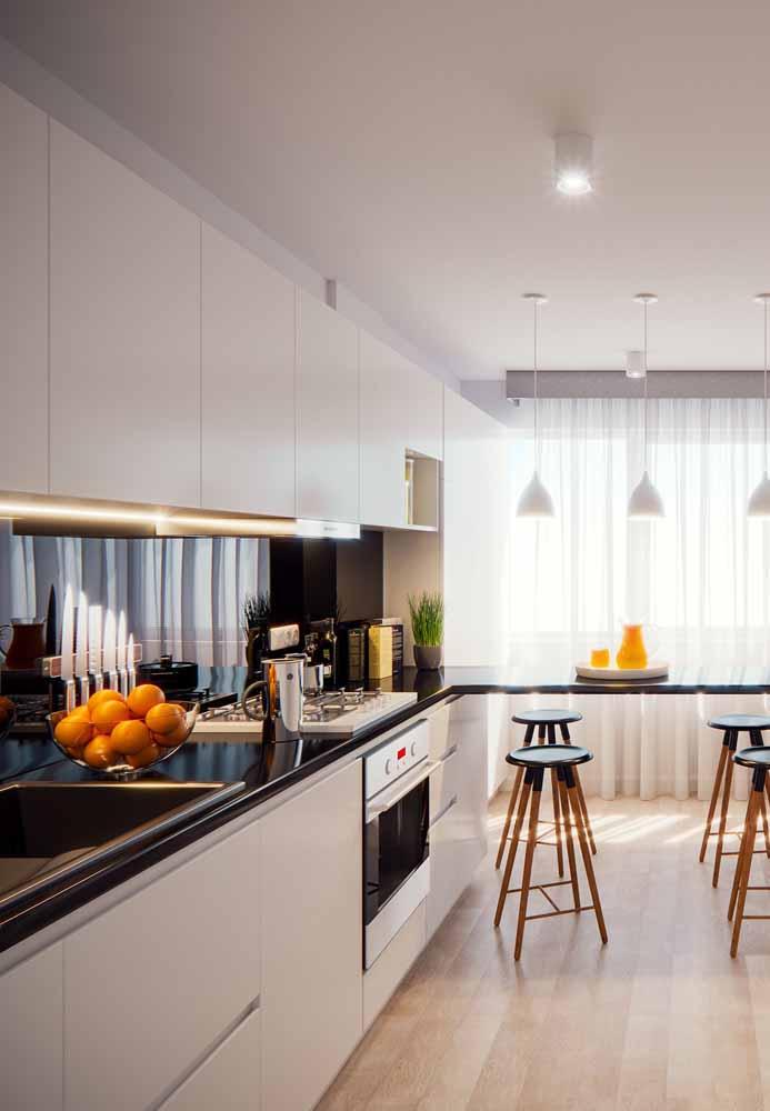 Cozinha branca com pedra preta: balcão acoplado e bancos