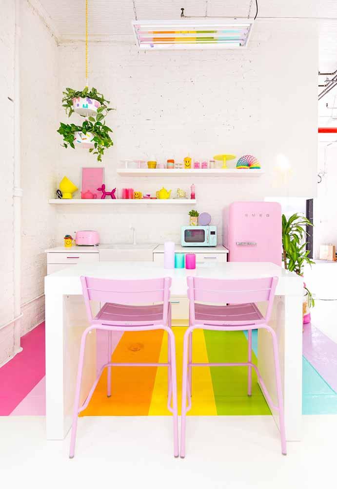 Cozinha branca com tijolos, referência à cozinha industrial, as plantas com um toque de escandinava e coloração ao estilo Candy Colors trazendo alegria para a decoração.