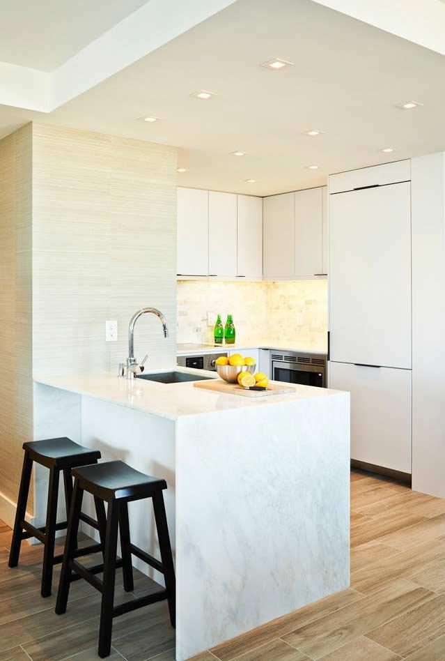 Cozinha branca com piso em tons de madeira