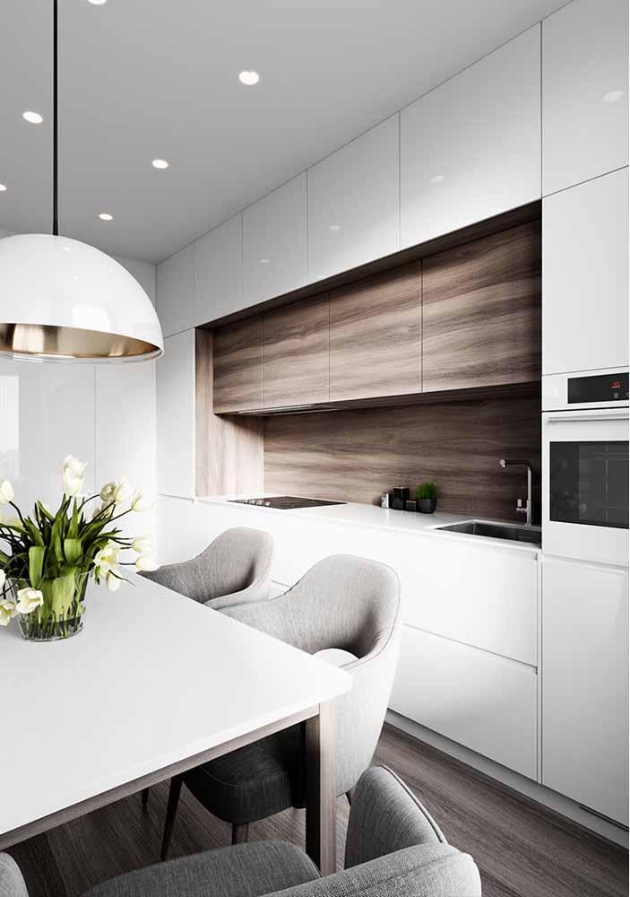 Cozinha branca e pia de madeira com elegância para quem adora essa combinação