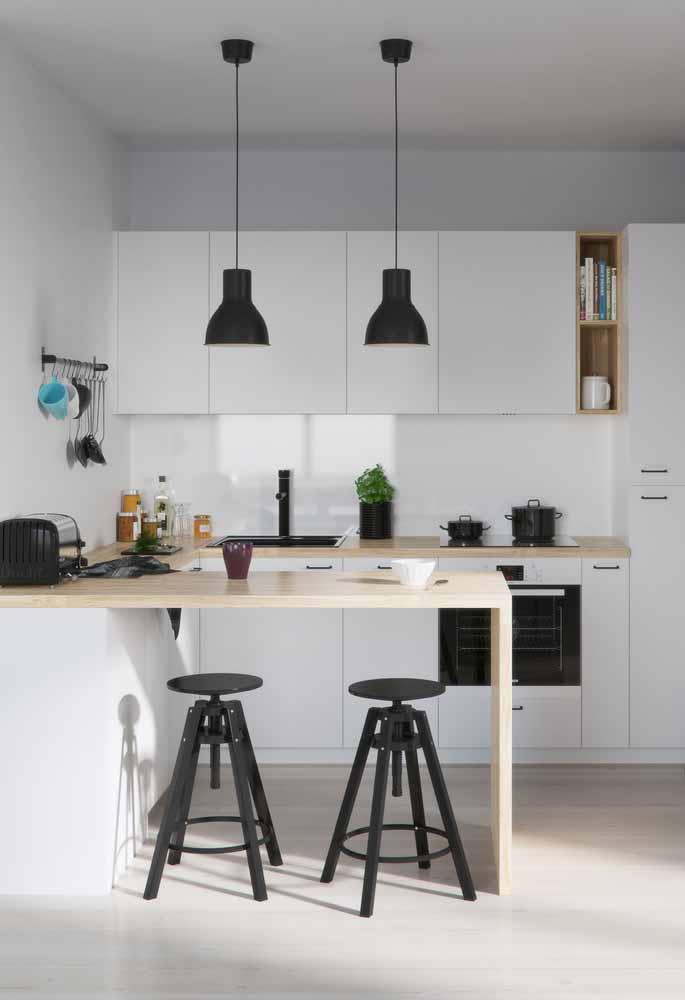 Cozinha branca e tons de preto nos pendentes e bancos. Incrível decoração e planejamento.