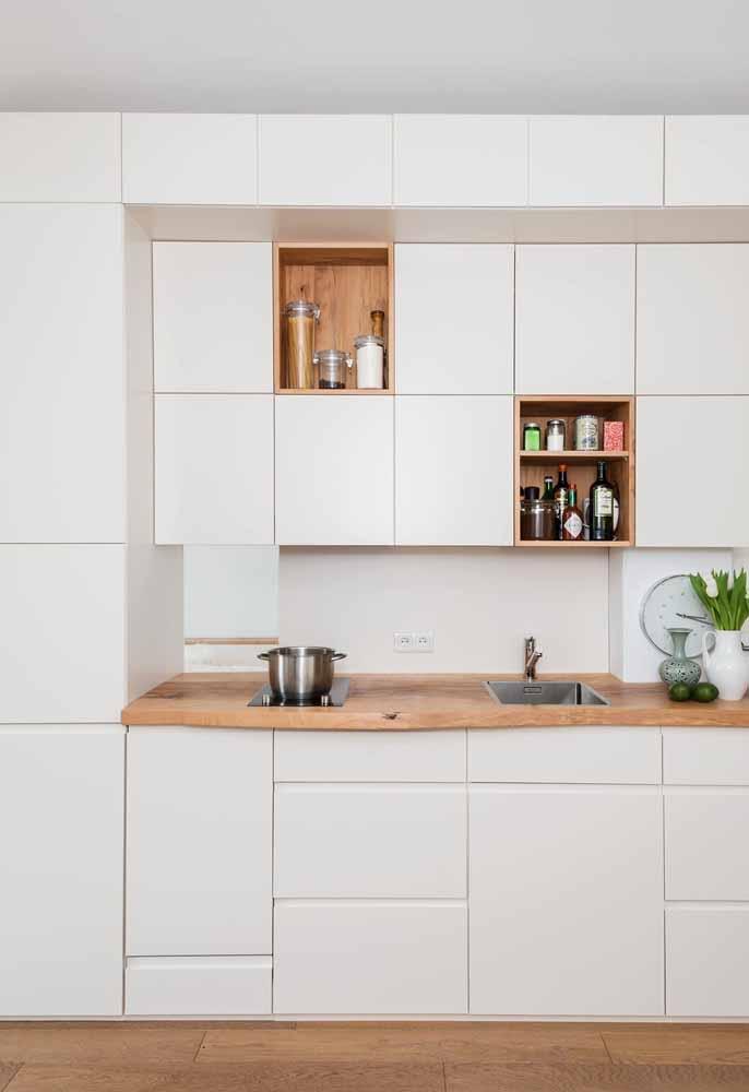 Cozinha branca com madeira: suavidade e tendência em alta na atualidade