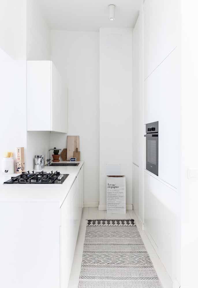 Cozinha branca com pouco do estilo minimalista em modelo de corredor