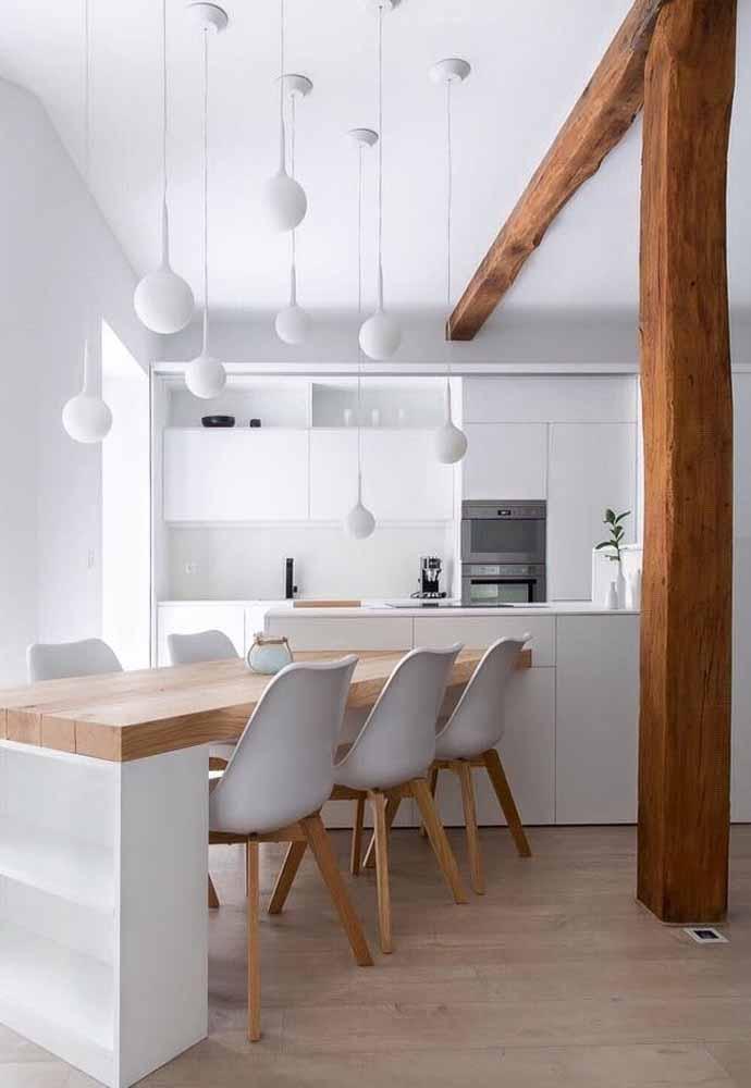 Cozinha branca com algumas referências ao estilo escandinava por causa das madeiras, sempre combinam e transmitem harmonia e serenidade