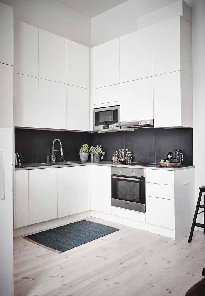 Cozinha branca e cinza em modelo ''U'' para ser funcional e planejada