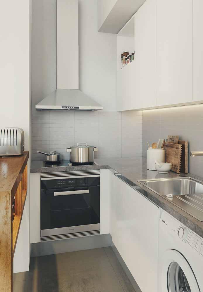 Cozinha branca americana pequena: Apesar do pouco espaço é possível se ter um ambiente agradável e organizado