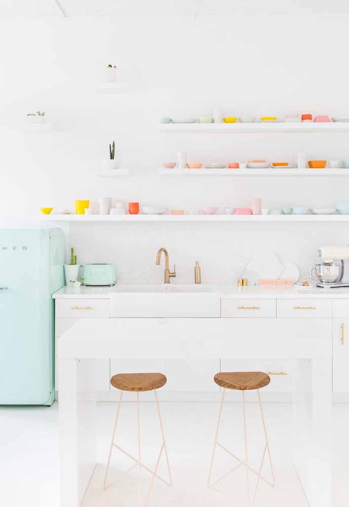 Cozinha branca com referência ao estilo candy colors com cores suaves passando serenidade para o ambiente