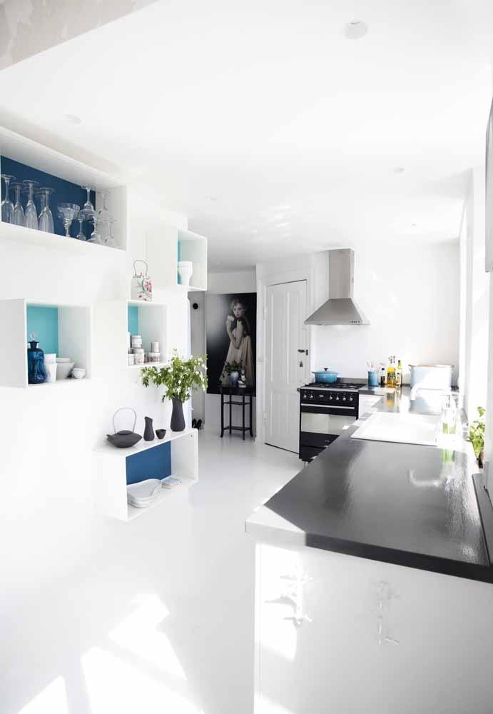 Cozinha branca com tons azul marinho que está em alta na atualidade