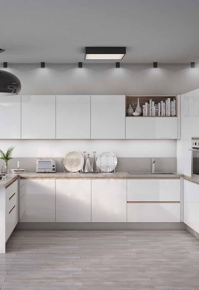 Cozinha branca delicada com boa luminosidade e decoração