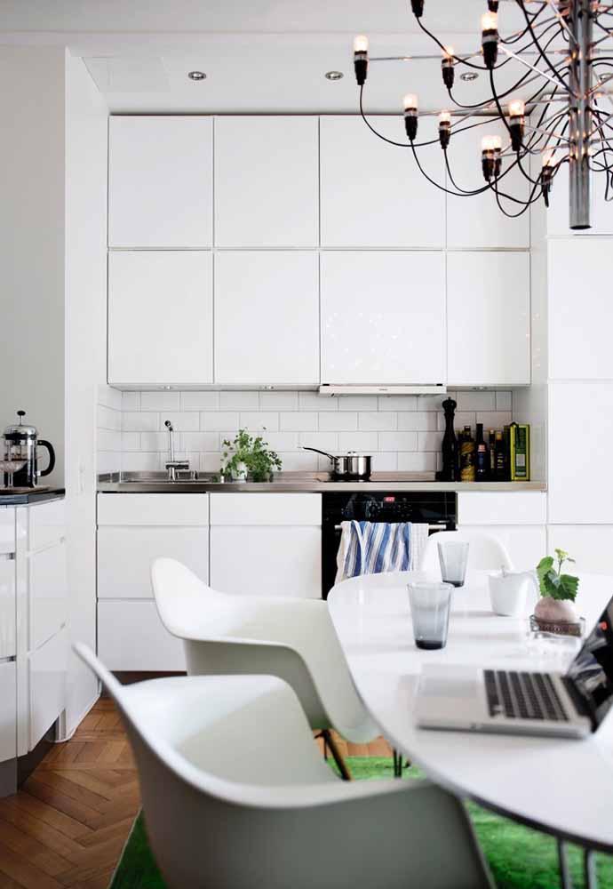 Cozinha branca com estilo tijolinho e muita decoração