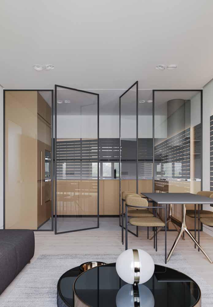 Divisória em vidro para ambientes conjugados ajuda a não isolar o ambiente da iluminação natural e delimita espaço