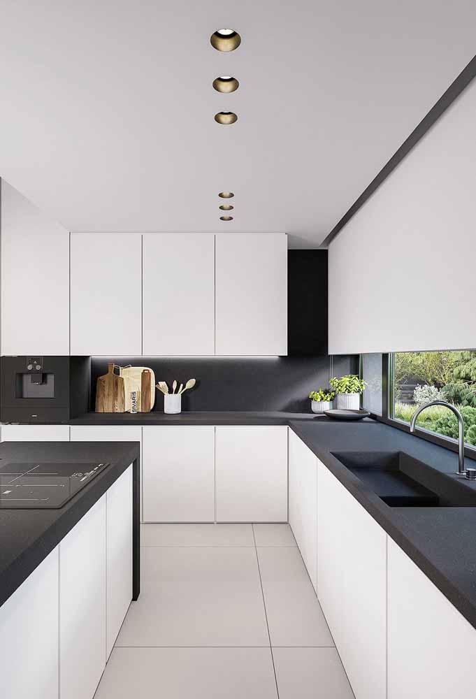 Preto fosco criando contraste com o branco predominante da cozinha