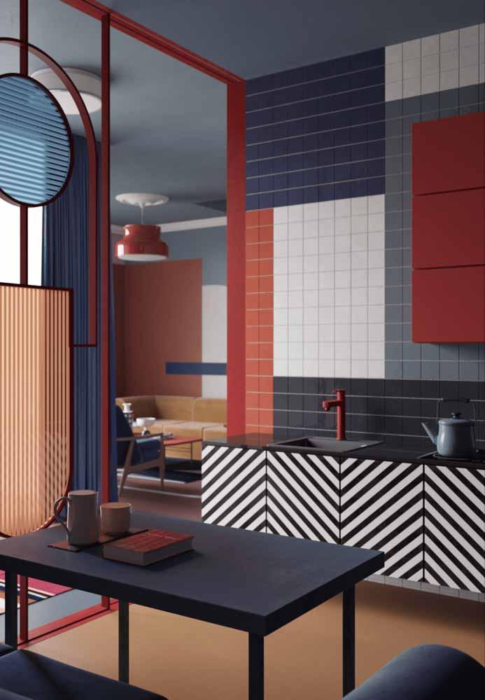 Geométrico e despojado, esse projeto de cozinha de luxo aposta nas formas e texturas diferentes dos detalhes nos armários, paredes e divisória