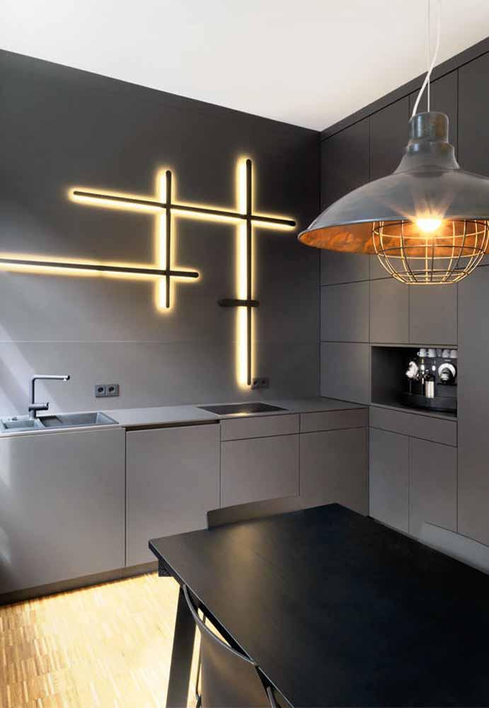 Uma iluminação especial contrastando com um ambiente em tons de cinza e cimento queimado