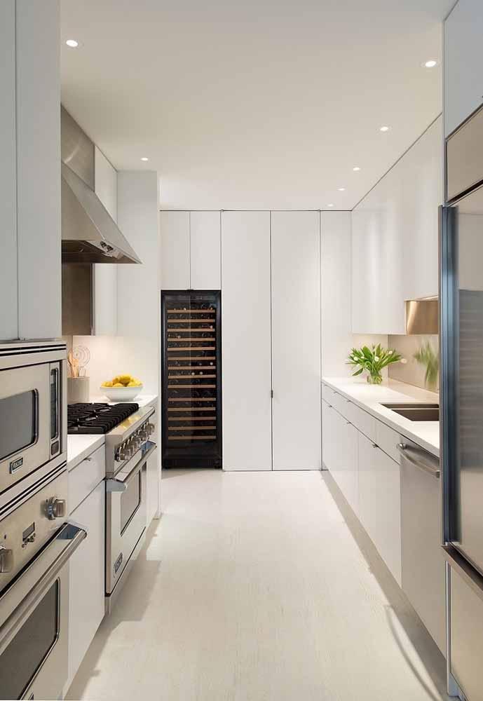 Cozinha de luxo pequena que sabe aproveitar seu espaço e que aposta nas cores claras