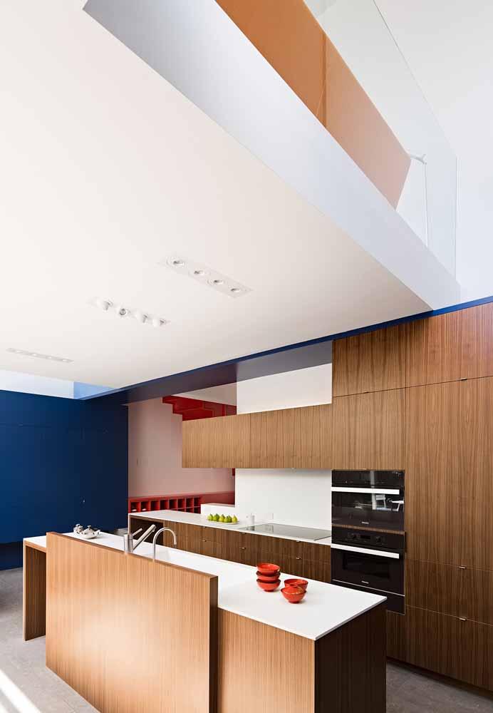 Uma cozinha de luxo que faz parte de algo maior: a integração do móvel planejado com um ambiente aberto