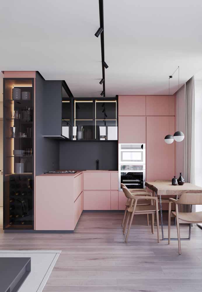 Cores diferentes e iluminação dentro dos móveis criando uma atmosfera de sofisticação