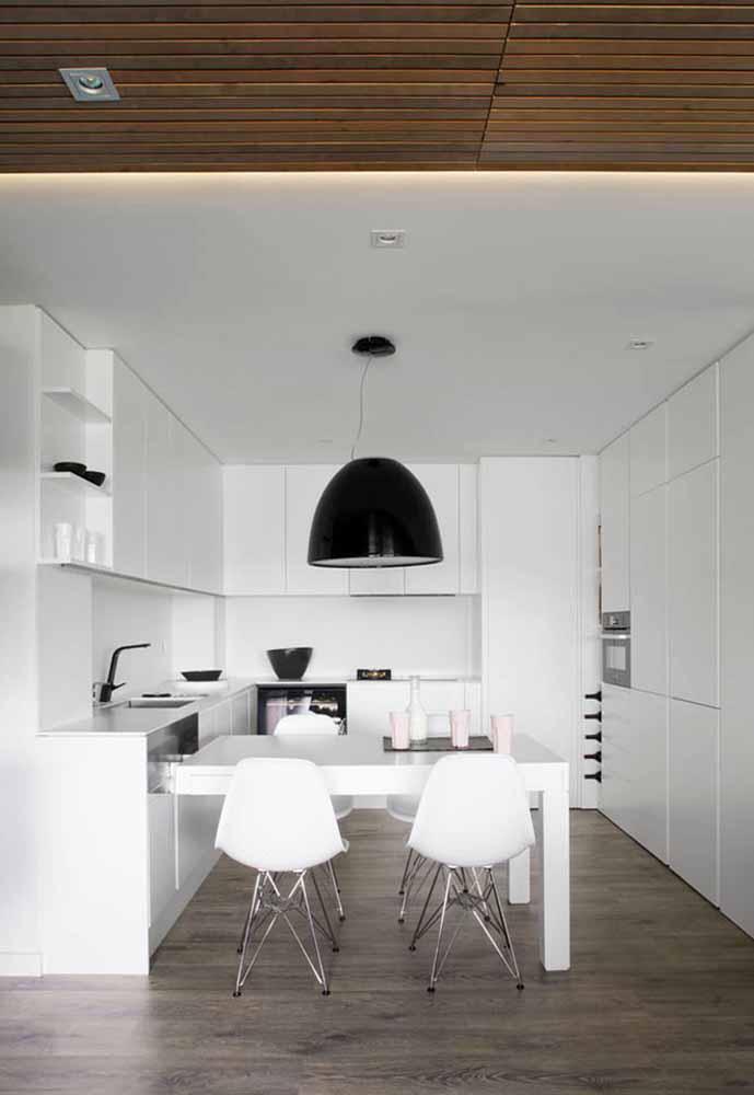 Uma cozinha de luxo branca com pequenos detalhes em contraste