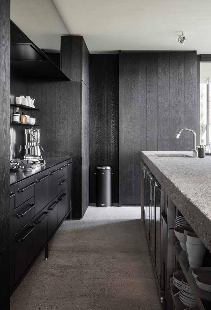 Cozinha de luxo preta com muita iluminação natural e sobriedade