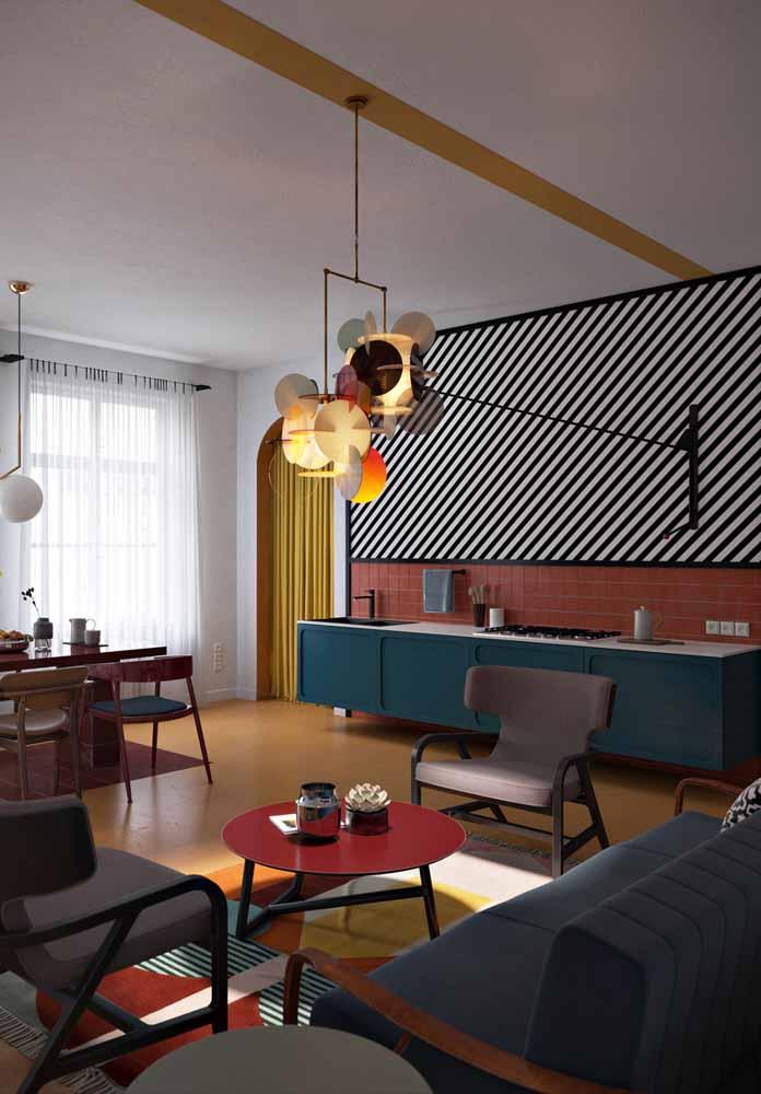 Uma cozinha mais despojada que aposta em cores e formas geométricas